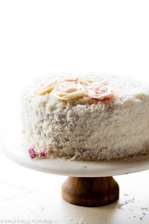 Pastel de coco en soporte de pastel
