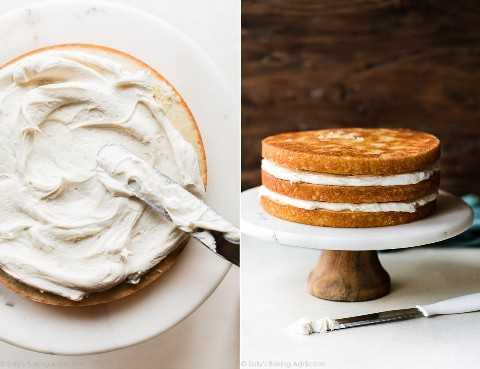 Pastel de coco sobre soporte de pastel