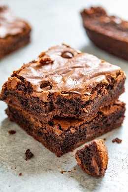 Novios Brownies - ¡Un sueño de los amantes del chocolate grueso, rico y rico! Fudgy en el centro con bordes masticables y tachonado con chips de chocolate! ¡Si estás deseando chocolate, esta receta casera de FÁCIL brownie es justo lo que necesitas!