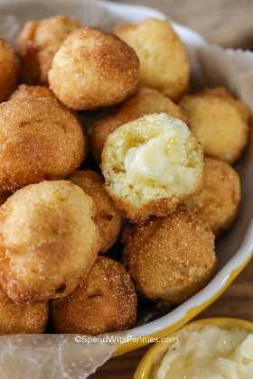 Hush Puppies con mantequilla de miel derretida lista para servir