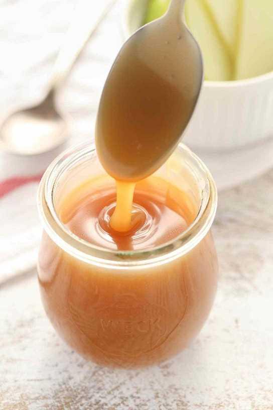 ¡Esta salsa casera de caramelo salada es fácil de hacer y perfecta para cubrir un helado o casi cualquier postre!