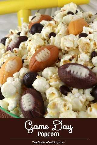 Game Day Popcorn - un bocadillo de Game Day que es dulce, salado y absolutamente delicioso. Mezclado con maíz dulce de fútbol y M & M, ¡sería un excelente postre de Super Bowl Party Food o Game Day! Pin este Postre de Super Bowl para más tarde y síganos para obtener más ideas divertidas de Super Bowl Food. #gamedayfood #footballfood #footballdesserts #superbowlparty #gamedaysnacks #superbowlfood #superbowlsnacks
