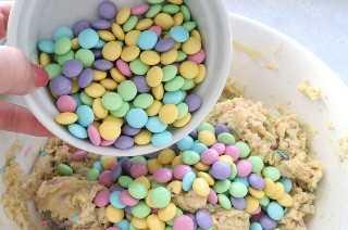 Agregue Bunny Mix M & M's a la masa para galletas