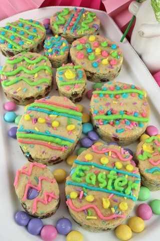 Easter M&M Sugar Cookie Bars- una versión única de una Frosted Sugar Cookie, estos deliciosos Huevos de Pascua comestibles son tanto un delicioso Postre de Pascua como un regalo divertido y fácil de preparar. Guarde esta gran galleta de Pascua para más tarde y síganos para obtener más ideas de comida de Pascua. #EasterDesserts #EasterTreats #EasterFood #SugarCookies