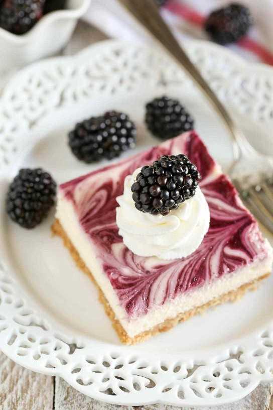 Uma crosta caseira de biscoito de Graham coberta com um cheesecake suave e cremoso e um redemoinho de amora. Estas barras de cheesecake de redemoinho de Blackberry fazem uma sobremesa deliciosa e deliciosa!