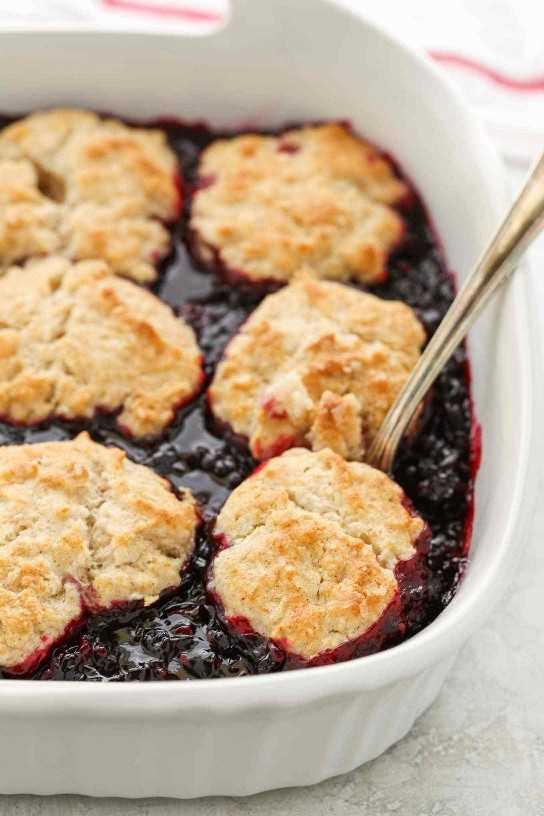 Este Blackberry Cobbler cuenta con un relleno de mora dulce y una cubierta de galletas de azúcar con canela. ¡Incluso puedes usar moras congeladas en este zapatero para que puedas disfrutarlas durante todo el año!