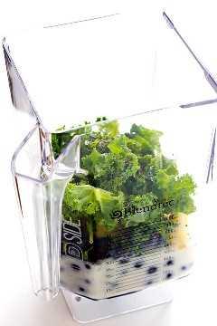 Esta receta de Blueberry Kale Smoothie es rápida y fácil de hacer, está llena de ingredientes buenos para ti, ¡y sabe tan dulce y delicioso! (Vegano, Vegetariano, Sin Gluten) | gimmesomeoven.com