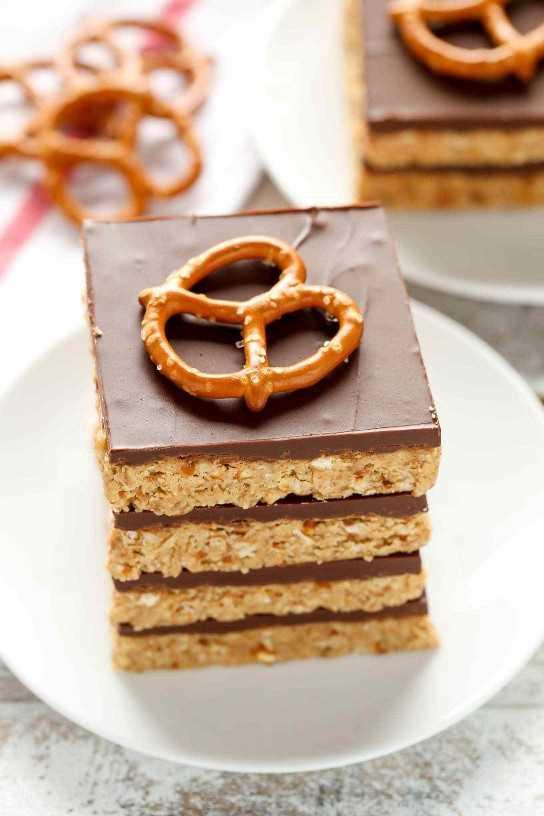 Estas barras de pretzel de mantequilla de cacahuete sin hornear son el postre perfecto dulce y salado. ¡Solo necesitas cinco ingredientes para hacer estas barras increíblemente fáciles también!