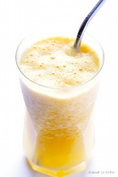 Copycat Orange Julius Recipe - un batido de naranja fresco, rápido, fácil y delicioso | gimmesomeoven.com