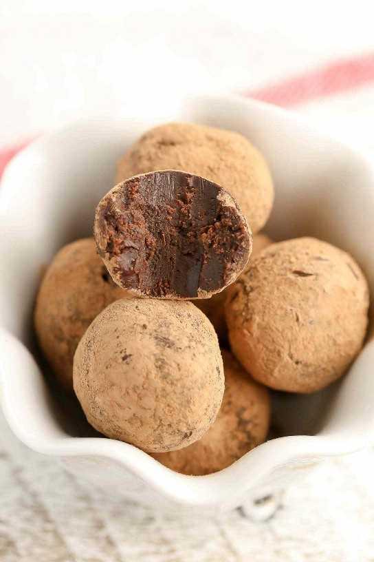 Estas trufas de chocolate de menta solo requieren 3 ingredientes y se pueden hacer solo con el microondas. ¡El regalo perfecto para los amantes del chocolate con menta!
