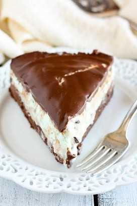 Pastel de menta de chocolate con helado de brownie
