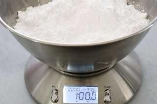 Mida el azúcar en polvo para obtener el mejor glaseado de crema de mantequilla