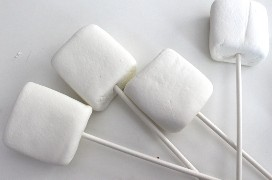 Coloque os marshmallows em um palito de picolé.