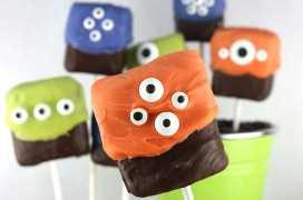 Monster Marshmallow Pops - Uma sobremesa divertida e assustadora de Halloween que é muito fácil de fazer. E quem não gosta de marshmallows com cobertura de chocolate? Eles fariam um ótimo presente de Halloween para a festa de Halloween deste ano. Pegue este delicioso deleite de Halloween para mais tarde e siga-nos para obter mais ótimas idéias de comida de Halloween!