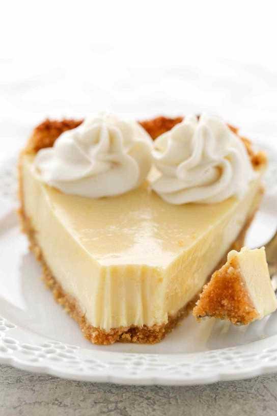 Esta torta de limão simples apresenta uma crosta de biscoito caseiro, um recheio cremoso de limão e chantilly caseiro por cima. A sobremesa perfeita para os amantes de limão!