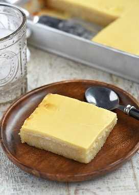 Rebanada de pastel de yuca con cobertura de natillas