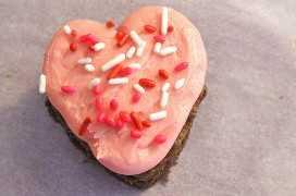 Añadir Valentines Sprinkles a las Mordidas de Chocolate Hearts Cake