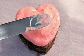 Frost Chocolate Hearts Cake Bites con glaseado de crema de mantequilla rosa