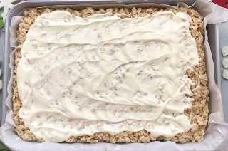 Añadir una capa de chocolate blanco.