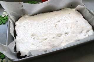 Añadir una capa de crema de malvavisco inflado en chorro