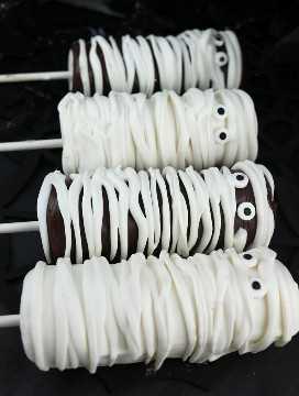 Momia Marshmallow Pops - un postre de Halloween espeluznante y delicioso para su familia. Es tan fácil de hacer y no vas a creer lo deliciosas que son estas paletas de malvavisco cubiertas con chocolate. Serían un gran regalo de Halloween para la fiesta de Halloween de este año. Coloca este delicioso dulce de Halloween para más tarde y síguenos para obtener más ideas geniales de comida de Halloween.