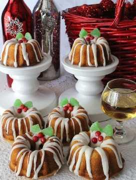Pastelitos Navideños Mini Bundt: un delicioso postre navideño hecho de pastel delicioso deliciosamente húmedo y un relleno de nuez y canela. ¡Este es definitivamente el mejor Pastel de Navidad del que nunca hayas escuchado! Siempre es un favorito de la multitud en una fiesta de Navidad y sería un gran regalo de Navidad de bricolaje. ¡Síguenos para más ideas geniales de comida navideña!