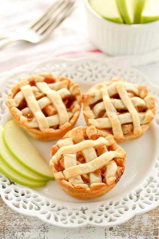 Estos Mini Apple Pies son fáciles de hacer y se llenan con un simple relleno de pastel de manzana hecho en casa. ¡El mini postre perfecto para el otoño!