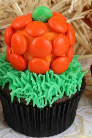 Estos cupcakes de Halloween Pumpkin Patch son súper adorables y son muy fáciles de hacer. Son un excelente postre de Halloween para una fiesta en el vecindario o un divertido aula de Halloween. Coloca este adorable postre de calabaza para más tarde y síguenos para más ideas divertidas de Halloween sobre comidas.