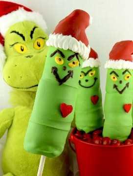 Grinch Marshmallow Pops - un divertido regalo de Navidad. Estos malvaviscos recubiertos de caramelo en forma de Grinch en un palo son muy adorables y muy divertidos de hacer. Serían perfectos para una venta navideña de pasteles o una noche de cine de Navidad de cómo el grinch robó la Navidad. Pin este adorable Adorno Navideño para más tarde y síganos para obtener más excelentes Ideas de Comida Navideña.