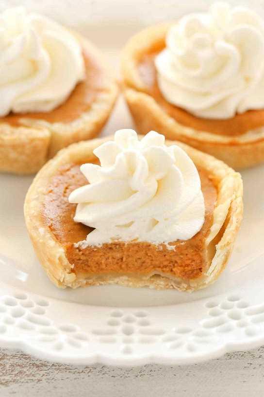 Una receta fácil para mini pasteles de calabaza hecha en un molde para muffins. ¡El postre perfecto para Acción de Gracias!