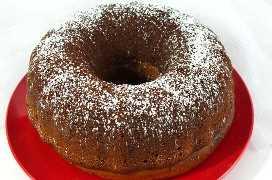 Espolvorear el pastel de café de la mañana de Navidad con azúcar en polvo
