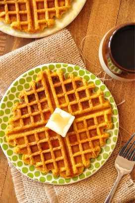 Platos de panecillos de calabaza hechos en casa para un delicioso desayuno vegano