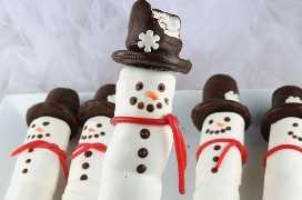 Boneco de neve Marshmallow Pops - um divertido presente de Natal. Doces revestidos de marshmallow no palito, usando um chapéu de biscoito Oreo. Estes bonecos de neve doces são tão adoráveis e divertidos de fazer. Eles seriam perfeitos para uma venda de bolos de férias ou para a festa de Natal da escola do seu filho. Pegue alguns marshmallows e comece a fazer esta linda sobremesa de Natal. Siga-nos para mais idéias de comida de Natal.