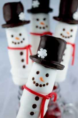 Boneco de neve Marshmallow Pops - um divertido presente de Natal. Doces revestidos de marshmallow no palito, usando um chapéu de biscoito Oreo. Estes bonecos de neve doces são tão adoráveis e divertidos de fazer. Eles seriam perfeitos para uma venda de bolos ou para a festa de Natal da escola do seu filho. Pegue alguns marshmallows e comece a fazer esta linda sobremesa de Natal. Siga-nos para mais idéias de comida de Natal.