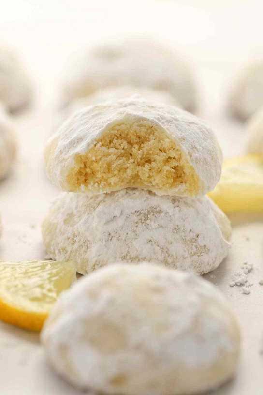 Galletas de limón y mantequilla tiernas enrolladas en azúcar en polvo. ¡Estas galletas de bola de nieve de limón son tan fáciles de hacer, increíblemente deliciosas, y no requieren ningún enfriamiento de masa!