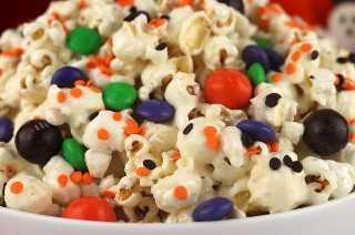 Trick or Treat Halloween Popcorn es un delicioso y colorido postre de Halloween que es muy fácil de hacer. Esta merienda de Halloween es dulce, salada y deliciosa. Pin este delicioso obsequio de Halloween para más adelante y síganos para obtener más ideas geniales sobre la comida de Halloween.