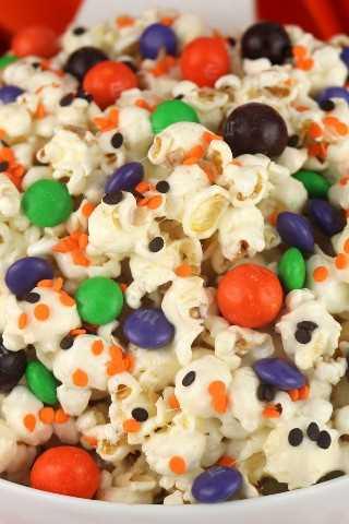 Trick or Treat Halloween Popcorn es un delicioso y colorido postre de Halloween que es muy fácil de hacer. Esta merienda de Halloween es dulce, salada y deliciosa. Pin este delicioso obsequio de Halloween para más adelante y síganos para obtener más ideas geniales sobre comidas de Halloween.