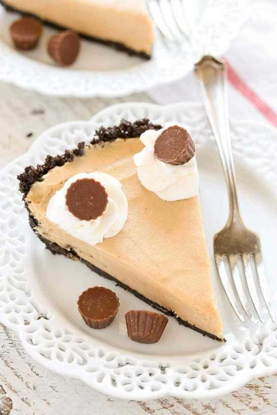 Un sencillo pastel de mantequilla de maní sin hornear sobre una corteza de Oreo hecha en casa. El pastel perfecto para disfrutar todo el año!