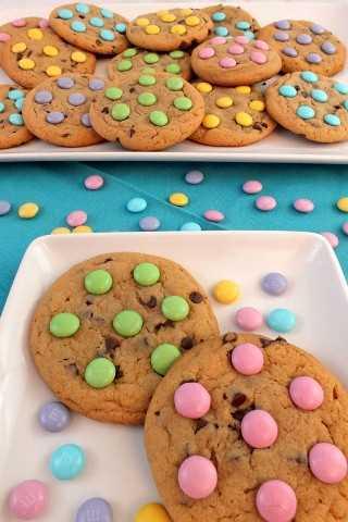 ¡Las galletas de primavera de M&M son deliciosas galletas con trocitos de chocolate con preciosos M&M de color pastel para Pascua, brunch de primavera o simplemente por diversión!