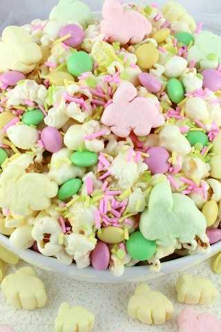 Bunny Mallow Popcorn es una deliciosa golosina dulce y salada que es tan fácil de hacer. Sorprende a tu familia con este divertido postre de Pascua.