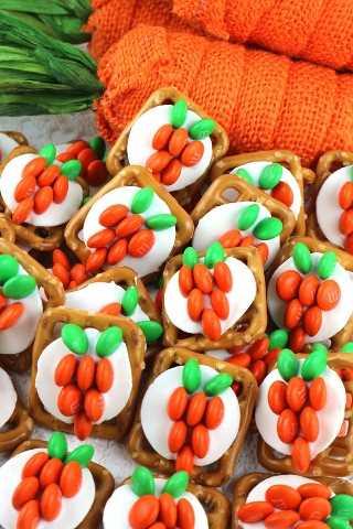 Dulces, salados y deliciosos. Los bocados de Pretzel de zanahoria y conejito de Pascua son fáciles de preparar para la Pascua que a su familia (y quizás al Conejito de Pascua) les encantará.