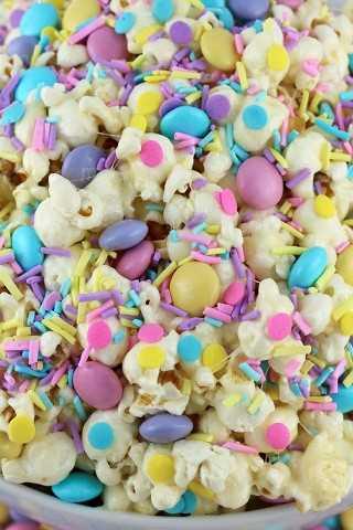 Springtime Celebration Popcorn es un postre de palomitas de maíz colorido y delicioso, la combinación perfecta de dulce, salado y crujiente en un solo tazón.