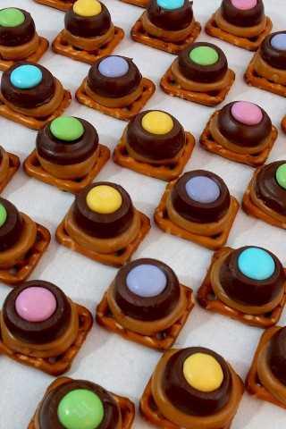 Estos bocados de pretzel de caramelo de primavera son dulces, salados, crujientes y deliciosos: un regalo fácil y divertido para la Pascua, el Día de la Madre o un brunch de primavera.
