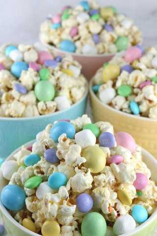 Easter Candy Popcorn es un delicioso y delicioso postre de Pascua: la combinación perfecta de dulce, salado y crujiente en un solo tazón.