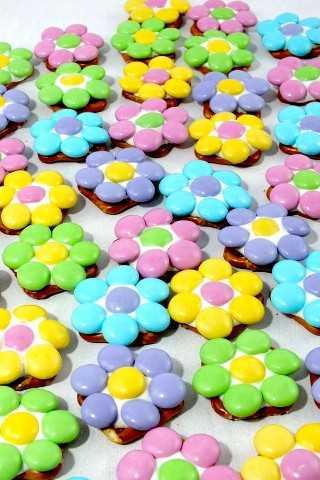 Estos bocados de pretzel de flores de primavera son dulces, salados, crujientes y deliciosos: un regalo fácil y divertido para la Pascua, la primavera y el Día de la Madre.