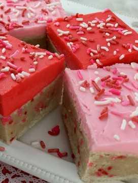 Essas barras de biscoitos de açúcar de confeiteiro no Dia dos Namorados são únicas em um biscoito de açúcar gelado, são deliciosas, fáceis de fazer e serão a sobremesa instantânea favorita dos namorados da família. Faça da sua família um presente de dia dos namorados que eles certamente irão adorar. Prenda esta deliciosa receita de biscoitos dos Namorados agora mesmo e siga-nos para obter mais ótimas ideias de comida para o Dia dos Namorados.