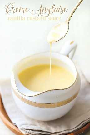 """Creme Anglaise: dulce salsa de vainilla que se rocía de una cuchara de oro en una pequeña jarra decorativa. """"Data-pin-description ="""" Creme Anglaise: ¡esta clásica salsa de vainilla llevará cualquier postre al siguiente nivel! Es como una crema líquida, muy rica y cremosa, ¡y está hecha de solo 5 ingredientes simples! #cremeanglaise #desserts #sauce #vanilla #custard #recipes """"width ="""" 720 """"height ="""" 1080 """"class ="""" aligncenter size-full wp-image-64872 """"srcset ="""" https://bakingamoment.com/wp-content /uploads/2018/02/MVI_6304-3-creme-anglaise-vanilla-custard-sauce-ed2-text.jpg 720w, https://bakingamoment.com/wp-content/uploads/2018/02/MVI_6304-3- creme-anglaise-vanilla-custard-sauce-ed2-text-433x650.jpg 433w, https://bakingamoment.com/wp-content/uploads/2018/02/MVI_6304-3-creme-anglaise-vanilla-custard-sauce -ed2-text-683x1024.jpg 683w """"data-lazy-tamaños ="""" (ancho máximo: 720px) 100vw, 720px"""