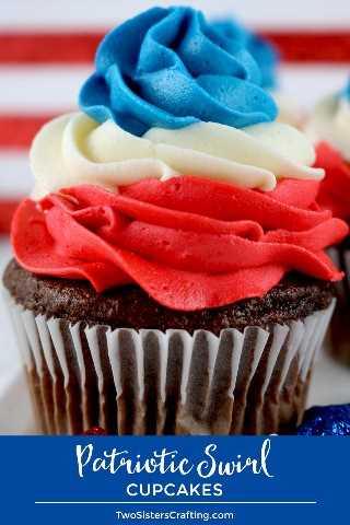 Patriotic Swirl Cupcakes: esta receta de magdalenas rojas y azules es fácil de preparar para una fiesta del 4 de julio o la barbacoa del Día de los Caídos y tiene un sabor increíble. Estas deliciosas golosinas del 4 de julio presentan nuestro mejor helado de crema de mantequilla en colores patrióticos y seguramente se convertirán en su postre para el 4 de julio. Pin este 4 de julio Cupcake para más tarde y síganos para obtener más excelentes ideas de comidas del 4 de julio. # 4thofJuly #fourthofjuly # 4thofJulyTreats # 4thofJulyCupcakes