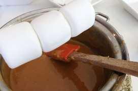 Cubrir malvaviscos con caramelo