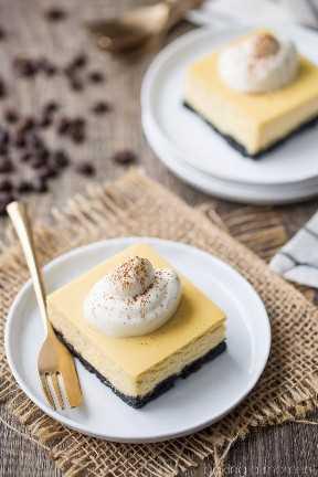 Barras rusas blancas del pastel de queso: ¡sabían igual que el cóctel! Frío y cremoso, con un toque de rico café y una patada borracha. postres de comida cheesecake